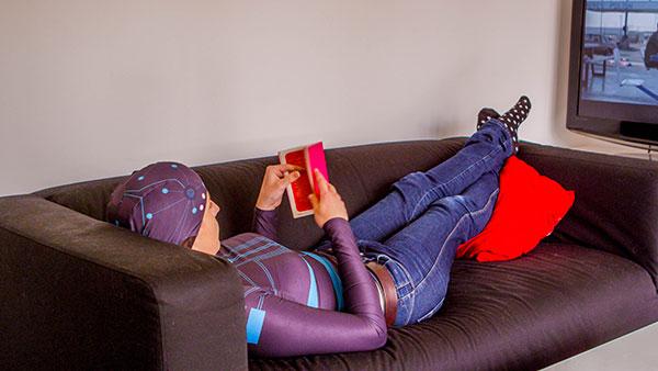 Femme allongée portant le vêtement bioserenity