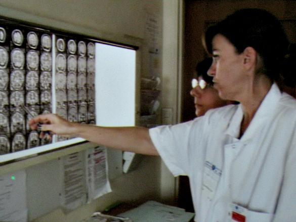 Le Dr. Sophie Dupont et Véronique Masson, infirmière de coordination devant l'IRM de Chantal