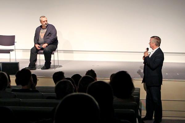 Luc Besson et le Pr. Yves Agid échangent avec la salle lors du débat qui a suivi la projection du film