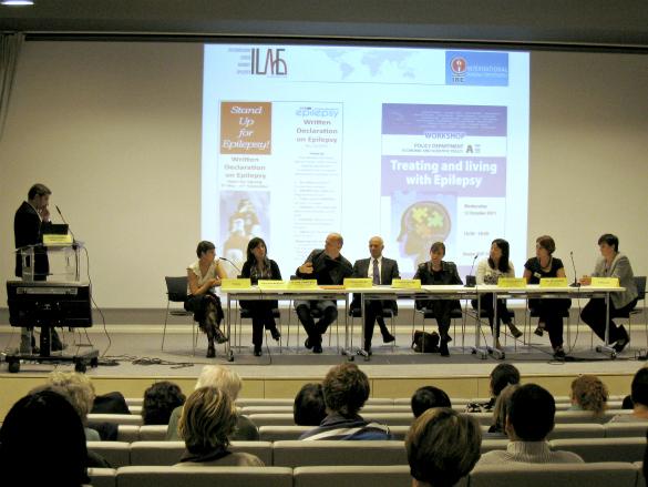 La table ronde, de gauche à droite : Dr. Michel Cymès, Chantal, Véronique Masson (infirmière de coordination), Gilles Huberfeld (neurologue – chercheur à l'ICM), Pr. Michel Baulac (neurologue), Dr. Sophie Dupont (neurologue), Dr. Phintip Pichit (neurologue), Clara Derangere (cadre infirmier), Anne-Laure