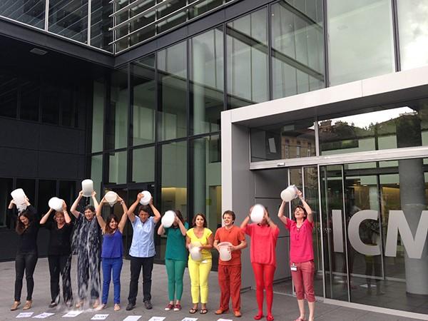 Séverine Boillée et les membres de son équipe se mobilisent eux aussi pour le Ice Bucket Challenge © ICM