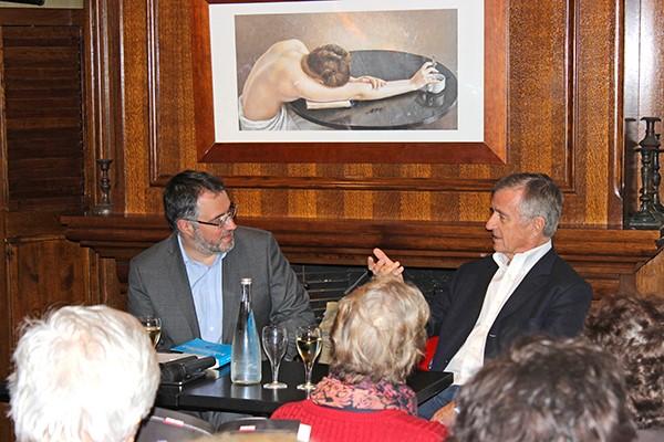 Le journaliste Paul de Brem et le Pr Yves Agid