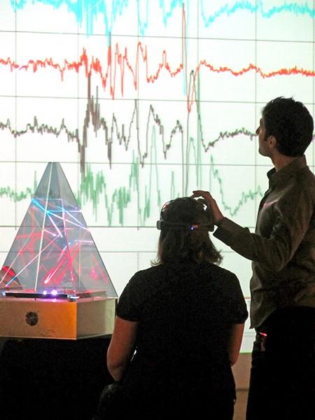 S'amuser à contrôler une pyramide laser avec l'esprit, comprendre ce qu'est le neurofeedback tout en s'amusant.